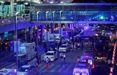 Das türkische Sicherheitspersonal evakuiert am Dienstagabend Personen, die sich zuvor im Flughafen Atatürk in Istanbul aufgehalten hatten. (Bild: Emrah Gurel)