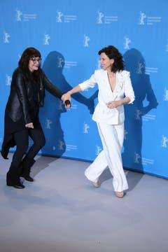 Für einmal zeigt die Schauspielerin der Regisseurin, wo es lang geht: Juliette Binoche zieht Isabel Coixet auf die Bildfläche. (Bild: Keystone)