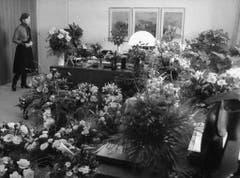 Wie nach einem Begräbnis: Im Büro von Elisabeth Kopp häufen sich nach ihrer Rücktrittsankündigung die Blumen. (Bild: Keystone)