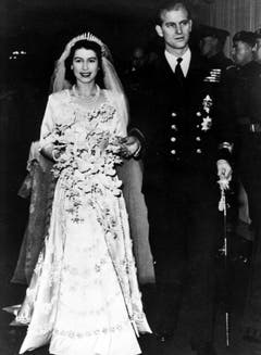 Frisch vermählt verlässt die Prinzessin Elisabeth an der Hand ihres Ehemannes, des Herzogs von Edinburgh und fortan Prinz Philip, die Westminster Abbey in London. (Bild: Keystone)