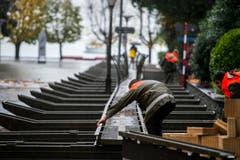 Zivilschützer hatten schon am Dienstag Stege für Fussgänger ausgelegt. (Bild: Keystone)