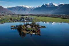 Eine Luftaufnahme des überschwemmten Lago Maggiore zeigt den vom Wasser eingeschlossenen Bauernhof von Roberto und Davide Aerni in der Nähe der Ortschaft Magadino. (Bild: Keystone)