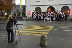 Ein Foto der diesjährigen Gesellschaft vor der Kirche darf nicht fehlen. (Bild: Robert Hess (OZ))