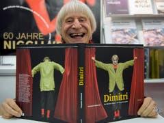 Clown Dimitri signiert lachend sein Buch an der Messe BuchBasel in Basel am Freitag, 12. November 2010. (Bild: Keystone / Georgios Kefalas)