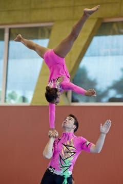 Vanja Dunkel und Dario Speidel vom KTV Dietikon beim Akrobatikturnen. (Bild: Pius Amrein)