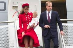 Es windet, als Herzogin Kate, Prinz William und Prinz George am Montag, 7. April, in Wellington aus dem Flugzeug steigen. (Bild: Keystone)