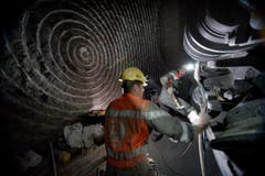 Die Wartung beim insgesamt über 4 Meter grossen Bohrkopf der Maschine ist notwendig, damit der Bohrer das Gestein planmässig durchbrechen kann. (Bild: Corinne Glanzmann / Neue LZ)