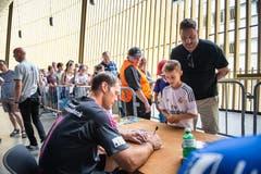 Der grosse sowie der kleinere Fan sind gleichermassen interessiert am Autogramm von David Zibung. (Bild: Roger Grütter / Neue LZ)