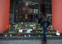 Zeichen der Solidarität vor der belgischen Botschaft in Berlin. (Bild: EPA/PAUL ZINKEN)