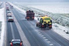 Auf der Strasse in Kolhan (NL) ist eine Räumungskolonne unterwegs und bekämpft die Glätte auf der Fahrbahn. (Bild: EPA/VINCENT JANNINK)