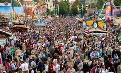 Auf dem Gelände des Oktoberfestes wird es eng: Tausende Besucher zog es bereits am Eröffnungstag am Samstag zum Feiern an das Volksfest. (Bild: Keystone / Sven Hoppe)