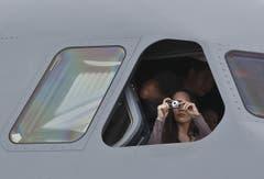 Eine Besucherin schiesst ein Foto vom Cockpit eines Airbus M400 aus. Diese Maschine wird als Transportflugzeug des Militärs genutzt. (Bild: Keystone / Michel Euler)