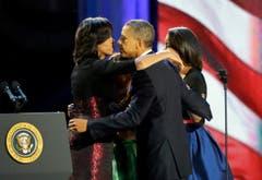 Barack Obama nimmt Glückwünsche seiner Frau Michelle entgegen. (Bild: Keystone)