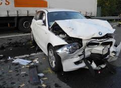 Die Lenkerin des nachfolgenden Autos musste zur Kontrolle ins Spital eingeliefert werden. (Bild: Kantonspolizei Schwyz)