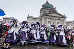 Die versammelten Guggenmusiken veranstalten das traditionelle Monsterkonzert auf dem Bundesplatz am Schluss des grossen Umzugs der Berner Fasnacht. (Bild: ALESSANDRO DELLA VALLE)