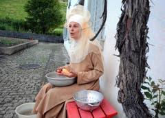 Pia Murer schält in der Pergola Kartoffeln und macht dabei überaus ergreifende Geständnisse. (Bild: Romano Cuonz)