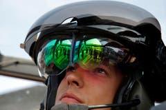 Der französische Leutnant Romain im Tigre HAD Helikopter am Dienstag auf dem Flugplatz in Le Bourget. (Bild: AP Photo/Francois Mori)