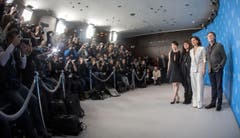 Blitzgewitter: Fotografen lichten Schauschpieler und Ressigeurin des Films «Nobody Wants the Night» ab. (Bild: Keystone)