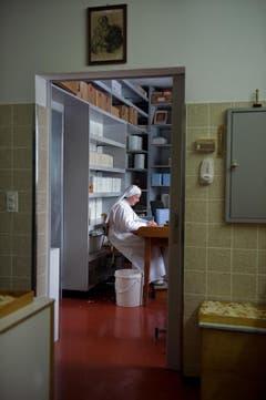 Sr. Margareta bei der Endkontrolle der Hostien. (Bild: Pius Amrein / Neue LZ)