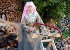 Bé Barmettler erzählt während der Arbeit die Geschichte einer Klosterfrau. (Bild: Romano Cuonz)