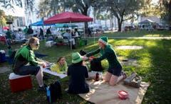 Eine Stärkung in einem Park von Savannah vor der Parade. (Bild: Keystone)