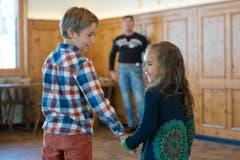 Casting zum Winnetour Freilichtspiel im Restaurant Wasserfall in Engelberg. Auf dem Bild zu sehen sind Nils und Lily Frank mit Tom Völkers, Produktionsverantwortlicher. (Bild: Pius Amrein (LZ))