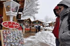 Richtig Winter ist es im norditalienischen Aostatal. Bei rund Null Grad betrachten Marktbesucher saisongerechte Kühlschrankmagnete. (Bild: THIERRY PRONESTI)