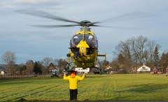 Ein Rettungshelikopter wird eingewiesen. (Bild: SVEN HOPPE)