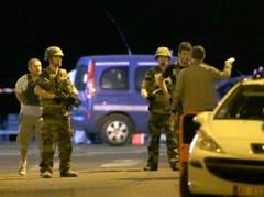 Die Strasse wurde von Polizisten abgeriegelt. (Bild: Claude Paris)