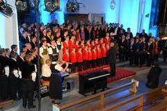 Ein imposantes Bild: 150 Mitwirkende - Sängerinnen, Sänger, Musikanten und Singbuben - beim gemeinsamen Auftritt im Chor der Kernser Pfarrkirche. (Bild: Romano Cuonz / Neue NZ)