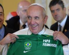 Fussballfan Franziskus erhält am 25. Juli ein T-Shirt. (Bild: Keystone)