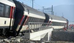 Ebenfalls untersucht wurde die Statik einer Brücke, auf der ein Teil der Züge zum Stillstand kam. (Bild: Keystone / Ennio Leanza)
