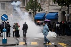 Demonstranten zünden Pyros auf dem Helvetiaplatz. (Bild: ENNIO LEANZA)