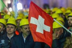 Bauarbeiter feiern den erfolgreichen Durchstoss der Weströhre am Ceneri-Basistunnel. (Bild: Keystone)