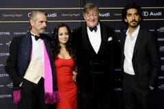 Von links: Jeremy Irons, US-Schauspielerin Devika Bhise, der englische Schauspieler Stephen Fry und Dev Patel. (Bild: Keystone)
