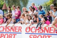 Zuschauer im Zieleinlauf. (Bild: Manuela Jans-Koch / Neue LZ)