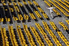 Der Tag vor der Eröffnung: Die Stühle auf der Piazza Grande stehen bereits. (Bild: Keystone)