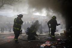 Schon am Montag müssen Feuerwehrleute ausrücken. (Bild: AP Photo/Patrick Semansky)