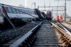 Eine S-Bahn und ein Interregio-Zug stiessen auf der Ausfahrweiche Richtung Schaffhausen seitlich zusammen. (Bild: Keystone / Ennio Leanza)
