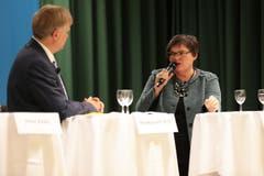 Sie werden das Rennen um den Ständeratssitz unter sich ausmachen: Therese Rotzer (im Gespräch mit Moderator Markus von Rotz)... (Bild: Roger Zbinden / Neue NZ)