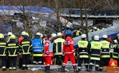 Rettungskräfte bei der Unglücksstelle. (Bild: AP/Matthias Schrader)