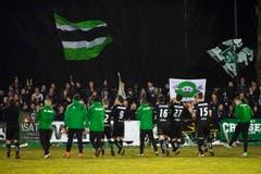 Die St. Galler feiern mit den Fans nach dem 0:5 im Cup-Spiel. (Bild: Keystone)