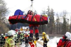 Eine verletzte Person wird mit dem Helikopter abtransportiert. (Bild: UWE LEIN)