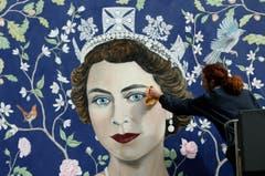 London schmückt sich: Ein Wandbild der jungen Queen, ein Werk des Künstlers Frederick Wimsett, erhält letzte Retouchen. (Bild: Keystone)