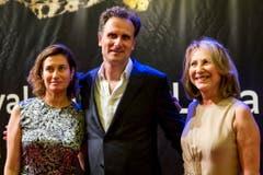 Die französische Schauspielerin Emmanuelle Devos (von links) mit dem Schweizer Filmemacher Frederic Mermoud und der ebenfalls französischen Schauspielerin Nathalie Baye auf dem roten Teppich. (Bild: Keystone)