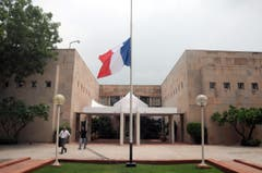 Die Flaggen bei der französischen Botschaft in Neu Dehli stehen auf Halbmast. (Bild: EPA/STR)