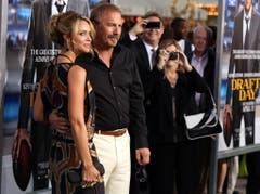 Kevin Costner ist seit 10 Jahren mit Christine Baumgartner verheiratet. Doch auch er hat bereits eine Scheidung hinter sich: Nach 16 Ehejahren kam die Trennung von Cindy, die ihn 80 Millionen Dollar kostete. (Bild: Keystone)