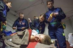 Rettungskräfte bei der Arbeit. (Bild: Edi Ettlin)