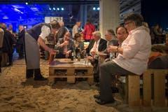 An der Tiki-Strandbar geniessen die Gäste einen kühlen Drink. (Bild: Benjamin Manser)