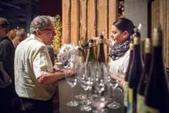 Ein edler Tropfen zum Abschluss des Abends: Winzer aus der Region Thal schenken ihre feinen Weine aus. (Bild: Benjamin Manser)